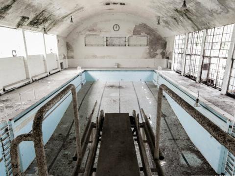 Una piscina vacía en la villa olímpica de Berlín 1936