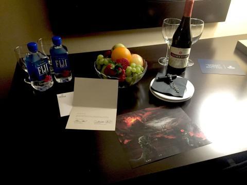 Vino fruta y dibujo de Godzilla en un hotel Hilton