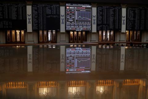 Vista de un panel de la Bolsa de Madrid que muestra la evolución del IBEX 35, principal indicador de la Bolsa española.
