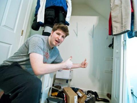 joven vacía su armario de ropa