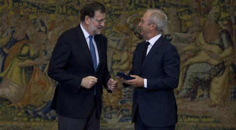 Alberto Palatchi (derecha) recibe la Medalla de Oro al Mérito en el Trabajo de manos de Mariano Rajoy.