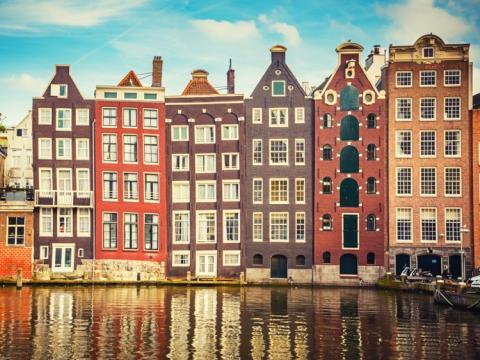 Casas históricas en el Río Amstel, en Amsterdam