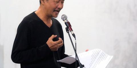Asiático habla ante un micrófono