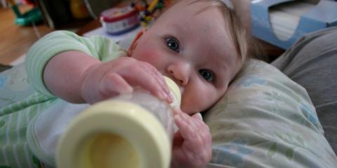 Bebé bebe leche del biberón