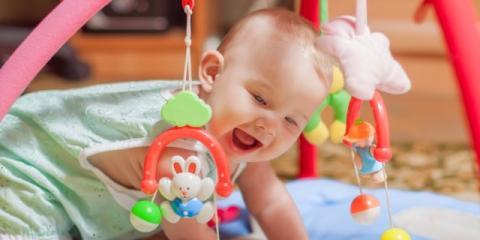 Bebé jugando contento y feliz