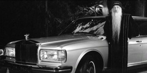 Bhagwan Shree Rajneesh con un Rolls Royce