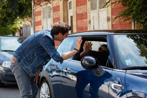 Un usuario de Blablacar se despide del resto de los pasajeros y del conductor tras disfrutar de un viaje en compañía.