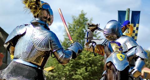 caballeros armadura luchando
