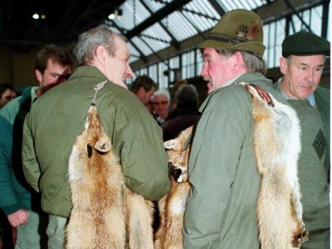 Cazadores en un mercado del centro de Suiza ofrecen sus pieles de zorro