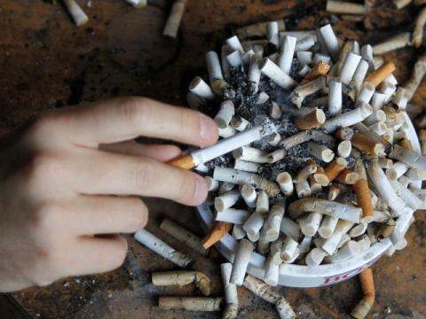 cigarros y cenicero fumar