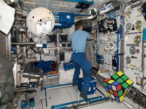 CIMON resolviendo un cubo de Rubik a bordo de la Estación Espacial Internacional.