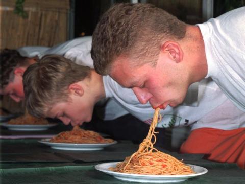 Concurso de comer sin manos