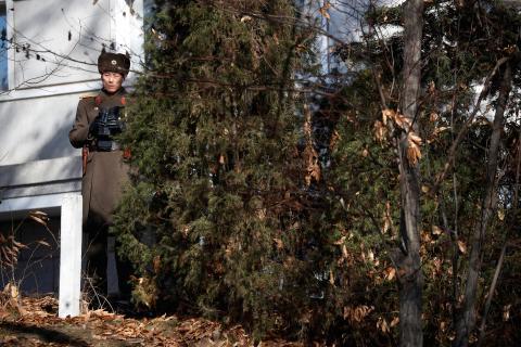 Un soldado norcoreano en turno de vigilancia frente a un puesto de guardia que está al lado del lugar en el que un militar desertó.