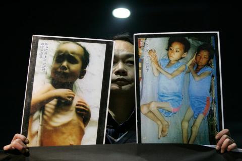Un hombre surcoreano enseña unas fotografías en diciembre de 2009 que muestran, según su testimonio, cómo los niños norcoreanos se mueren de hambre.