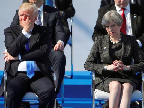 El presidente Donald Trump y la primera ministra británica Theresa May se muestran en desacuerdo con su plan de tarifas.