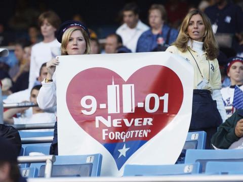 Dos mujeres portan una pancarta en memoria del 11-S