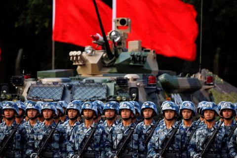 Las tropas del ejército de liberación popular (PLA) se preparan para la llegada del presidente chino Xi Jinping en Hong Kong, China, el 30 de junio de 2017.