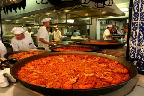 Cocineros de un restaurante de paellas, típicamente valenciano.