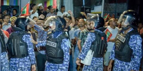 policia intenta calmar a las masas en las maldivas
