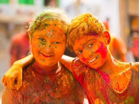 Niños celebran el festival Hindú del Holi