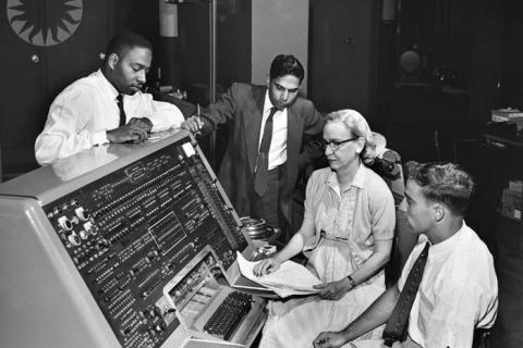 Grace Murray Hopper frente al panel de control de la computadora UNIVAC I, en 1906.