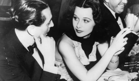 Hedy Lamarr en una fiesta en Hollywood, en 1939, junto al actor Reginald Gardiner.