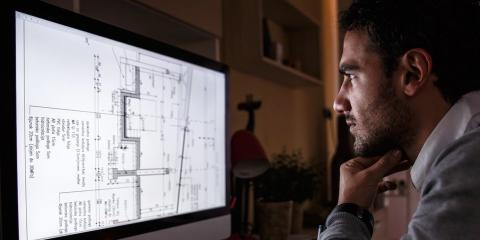 Hombre estudia un plano