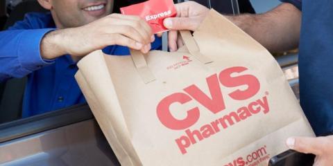 Un hombre paga an la farmacia desde el coche