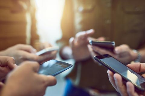 Jóvenes con diferentes móviles