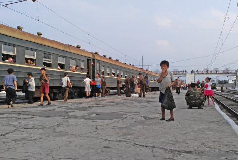 Un niño mendiga comida en un andén de la estación de ferrocarril de Hamhung, (Corea del Norte), en agosto de 2015.