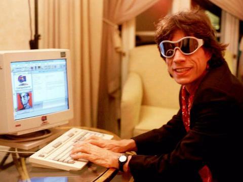 Mick Jagger utilizando internet en los 90