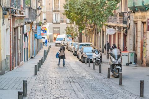 Las motos forman parte del paisaje en las calles madrileñas, ¿qué opinan de ello los peatones?