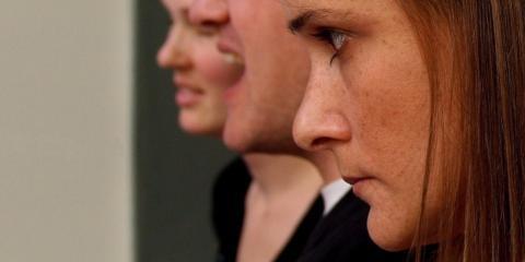 Mujer está seria y enfadada en una reunión de trabajo