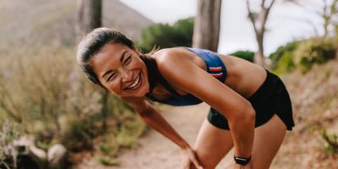 Mujer runner sonríe