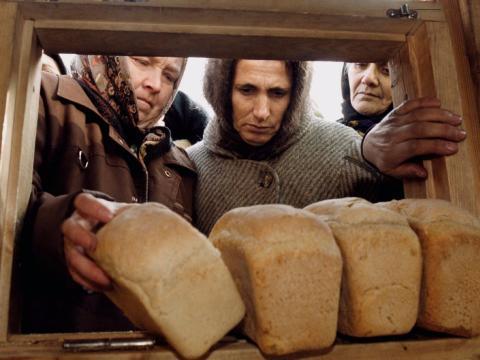 Mujeres comprando pan de molde