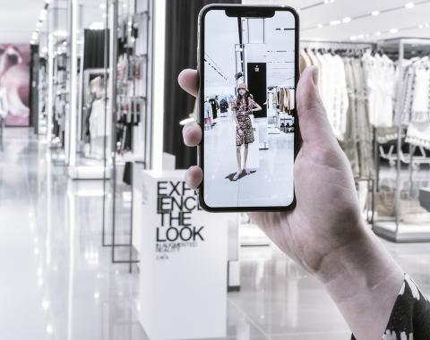 Otra de las propuestas de realidad aumentada es que dentro de las tiendas se vean modelos en los pódiums colocados para ello.