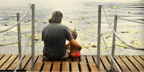 padre e hijo en un lago
