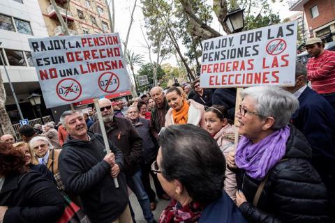 Miles de personas, en su mayoría jubilados, han vuelto a salir hoy a la calle para exigir unas pensiones dignas, su revalorización conforme al IPC y la defensa del sistema público de pensiones