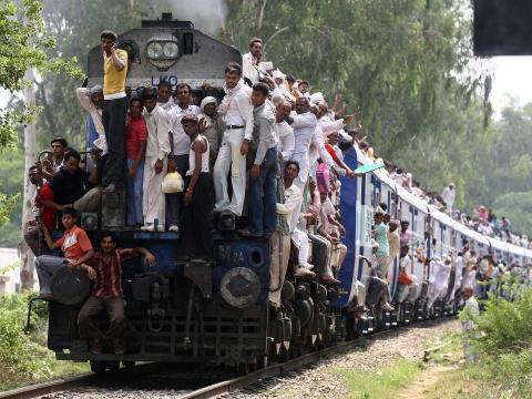 Personas abarrotan un tren