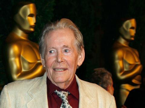 Fotografía de Peter O'Toole ante estatuillas de los Oscar a tamaño gigante.