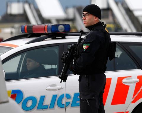 Policía en el aeropuerto de Génova