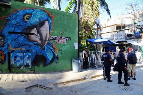 La Policía custodia la entrada al club Blue Parrot de Playa del Carmen, escena de un tiroteo mortal el 17 de enero de 2017.