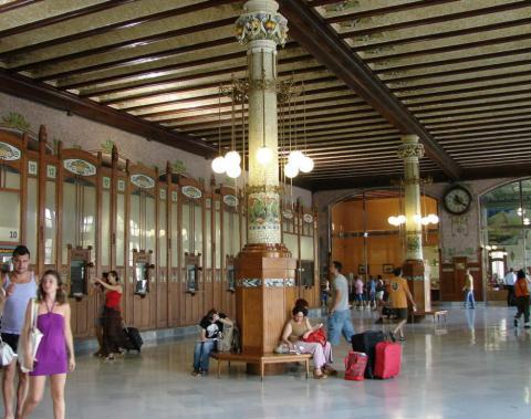 Los pasajeros de Renfe esperan al próximo tren en el interior de la Estación del Norte de Valencia.