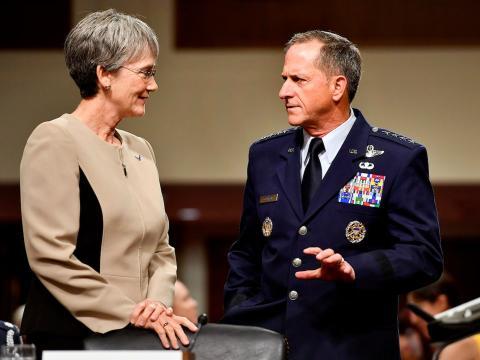 La secretaria de la Fuerza Aérea, Heather Wilson, y el jefe del Estado Mayor de la Fuerza Aérea General, David Goldfein, se preparan para testificar ante el Comité de las Fuerzas Armadas del Senado, el pasado 6 de junio de 2017.