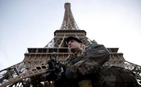 Un soldado francés monta guardia bajo la Torre Eiffel en París, Francia, el 1 de noviembre de 2017.