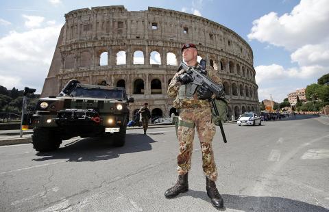 Un soldado patrulla frente al Coliseo en Roma, Italia, 14 de abril de 2017.