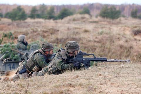 Soldados del ejército español durante Silver Arrow 2017, simulacros militares multinacionales que involucran a once países miembros de la OTAN en Adazi, Letonia 29 de octubre de 2017.