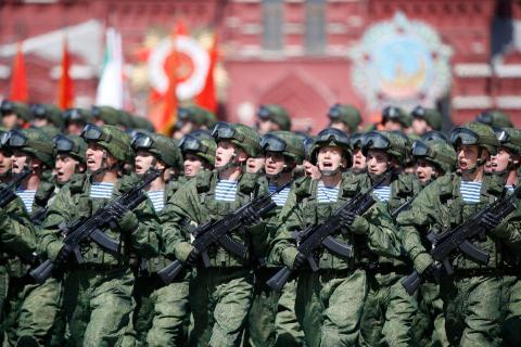 Militares rusos marchan durante el desfile delDía de la Victoria en la Plaza Roja en Moscú, Rusia, 9 de mayo de 2015.