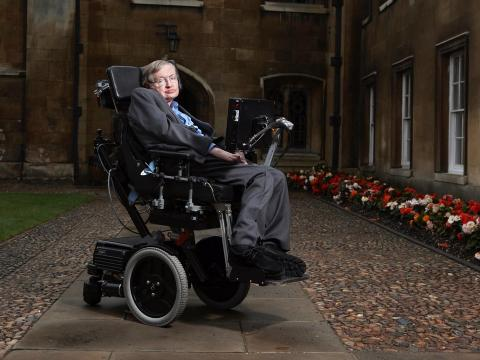 Stephen Hawking retratado en un 'college' de Cambridge.