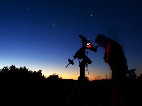 noche, telescopio, persona
